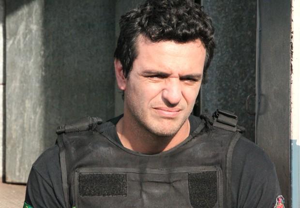 Rodrigo Lombardi caracterizado como Adriano, seu papel em 'Carcereiros' (Foto: Divulgação/TV Globo)
