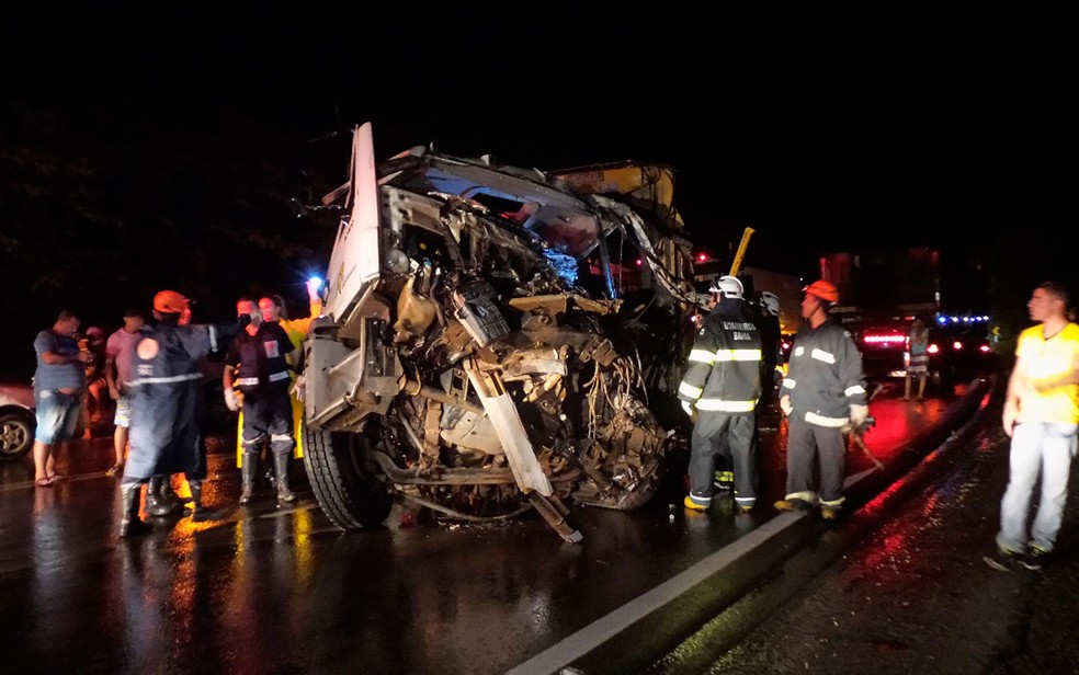 Batida entre caminhão e carreta deixou homem de 52 anos morto na Bahia (Foto: Blogbraga/Repórte Ivonaldo Paiva)