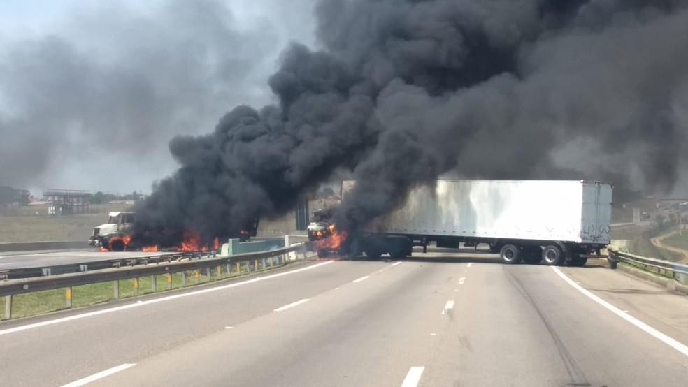 Caminhões incendiados na rodovia Santos Dumont em Campinas durante assalto ao Aeroporto de Viracopos — Foto: Arquivo pessoal
