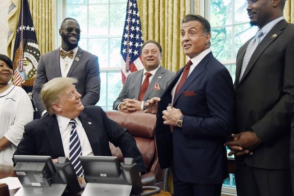 O ator Sylvester Stallone na Casa Branca com o presidente dos EUA, Donald Trump, e amigos e familiares do boxeador Jack Johnson (Foto: Getty Images)
