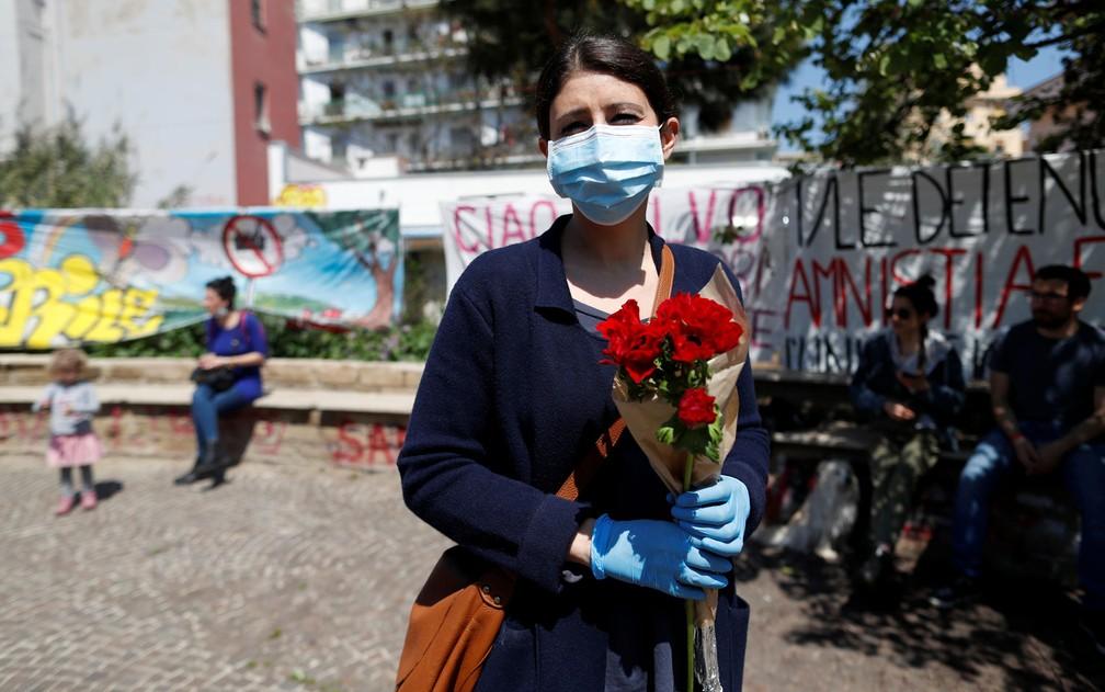 Mulher com máscara é vista em Roma, na Itália, no sábado (25) — Foto: Reuters/Yara Nardi