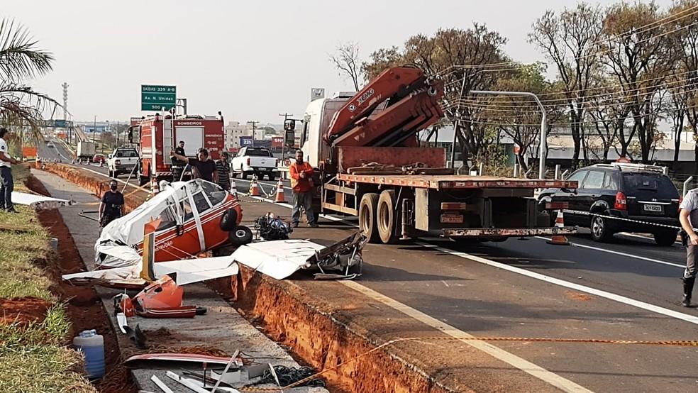 Por volta das 16h, avião de pequeno porte começou a ser desmontado por técnico do Aeroclube de Bauru — Foto: Fernando Savioli/TV TEM