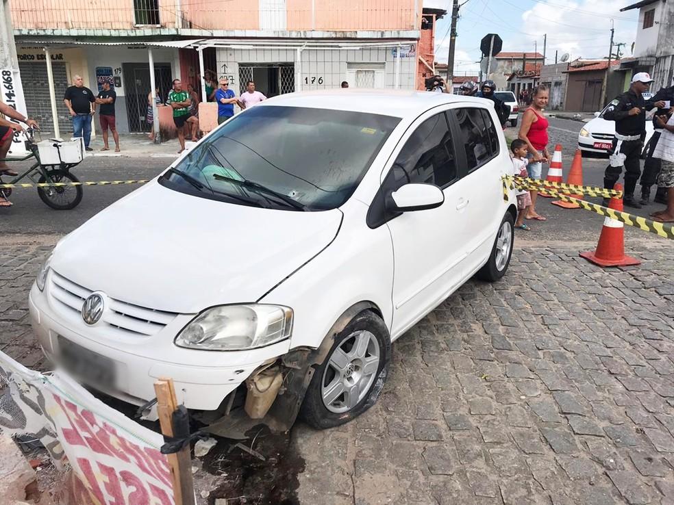 É possível ver a marca de uma perfuração no para-brisa do veículo — Foto: Kleber Teixeira/Inter TV Cabugi