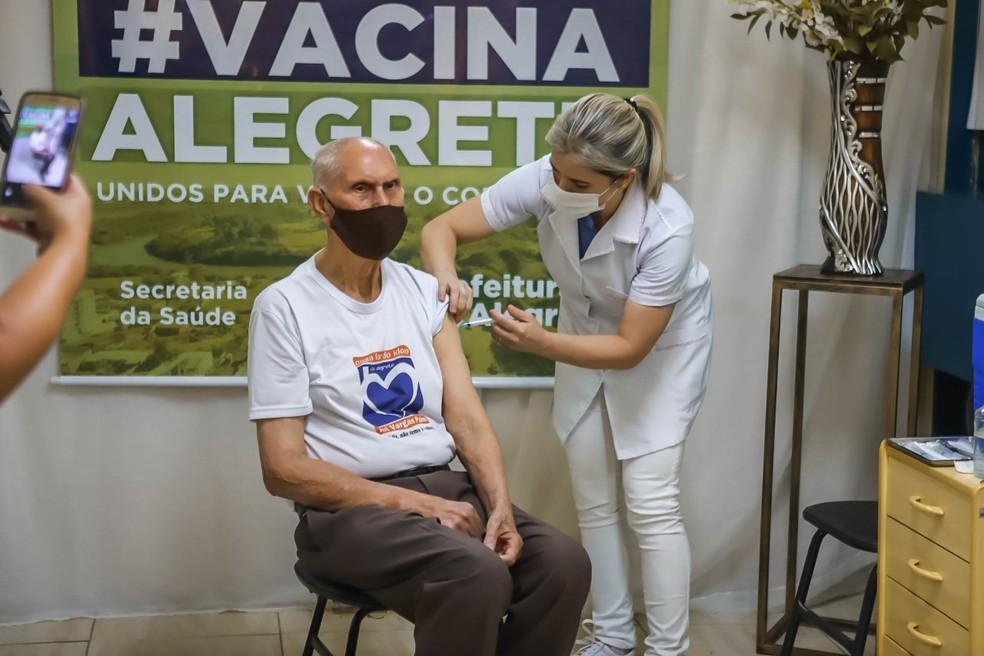 Idosos residentes de ILPIs, segundo a prefeitura, já foram vacinados em Alegrete — Foto: Divulgação/Prefeitura de Alegrete