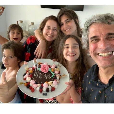 Claudia Abreu, José Fonseca e os filhos Maria Maud, Felipa, Joaquim e Pedro Henrique (Foto: Reprodução)