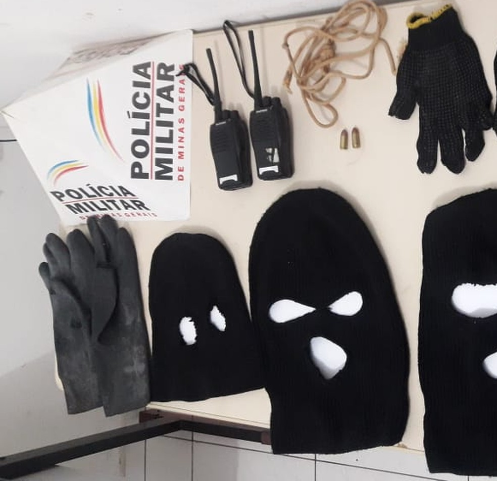 PM apreendeu toucas ninjas, rádios comunicadores e munições — Foto: Polícia Militar/ Divulgação
