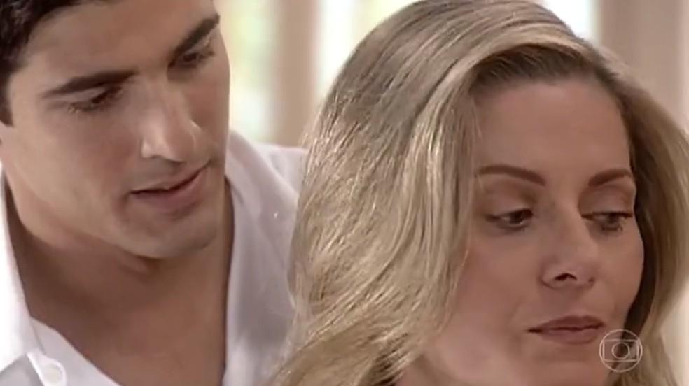 Com o coração dilacerado, Helena (Vera Fischer) põe um ponto final no relacionamento com Edu (Reynaldo Gianecchini), em 'Laços de Família' — Foto: TV Globo