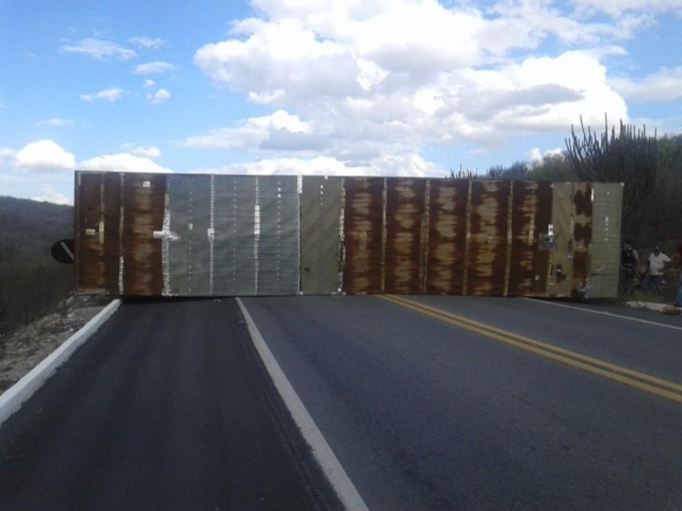 Caminhão vira na Serra de Santa Luzia e bloqueia as duas vias da BR-230 por uma hora (Foto: Robilene Nóbrega/Arquivo Pessoal)