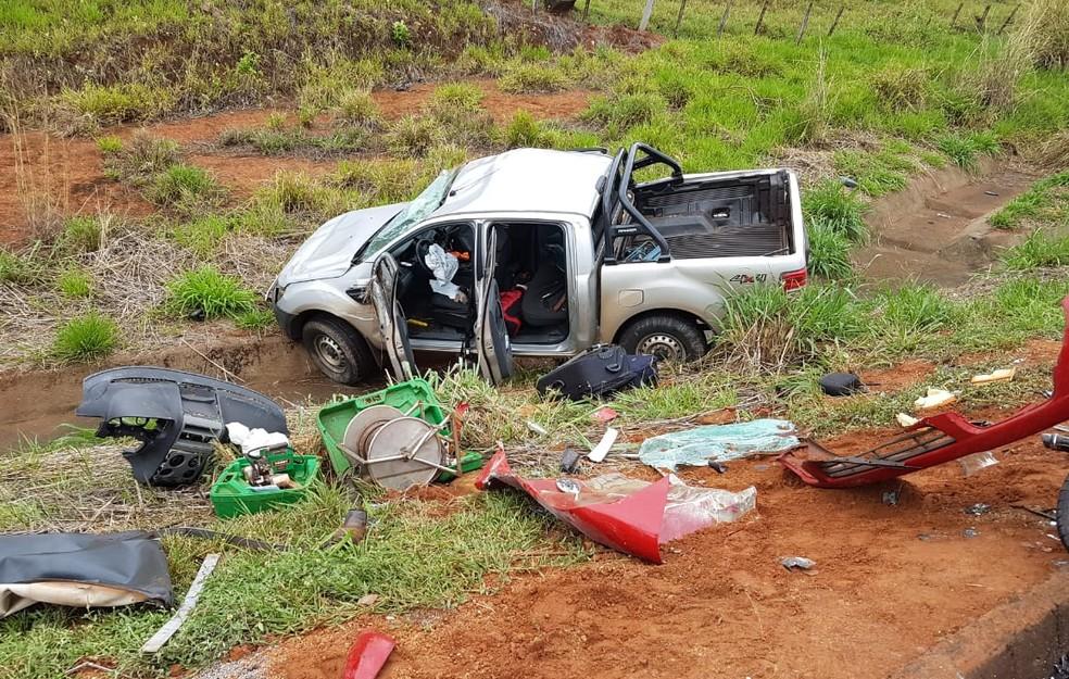 Colisão entre caminhonete e carro é registrada na BR-050 em Araguari — Foto: Corpo de Bombeiros/Divulgação