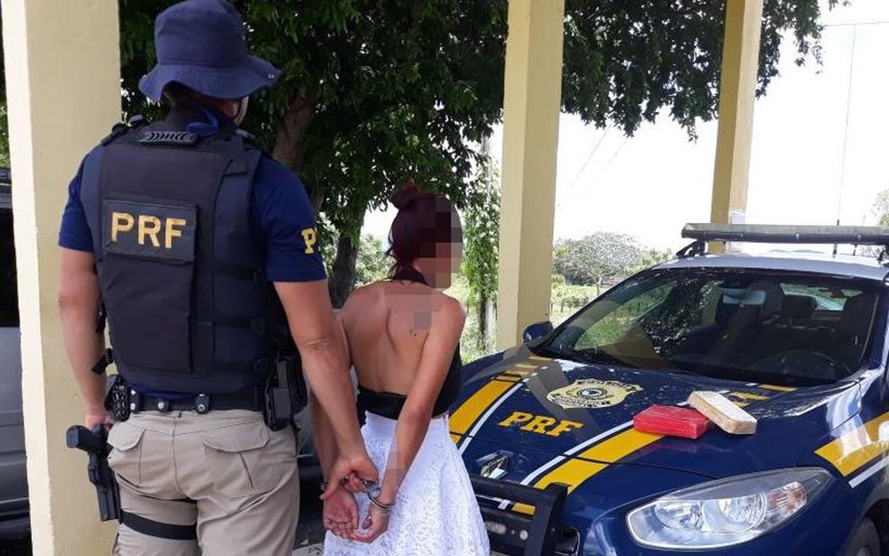 Jovem foi presa com drogas dentro de ônibus (Foto: Divulgação/ PRF-BA)