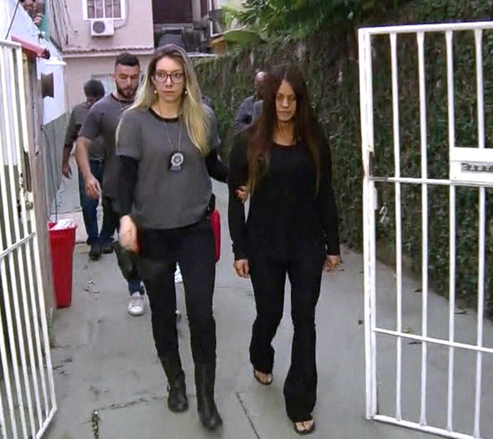 Paty Bumbum é presa em casa, em Curicica (Foto: Reprodução/TV Globo)