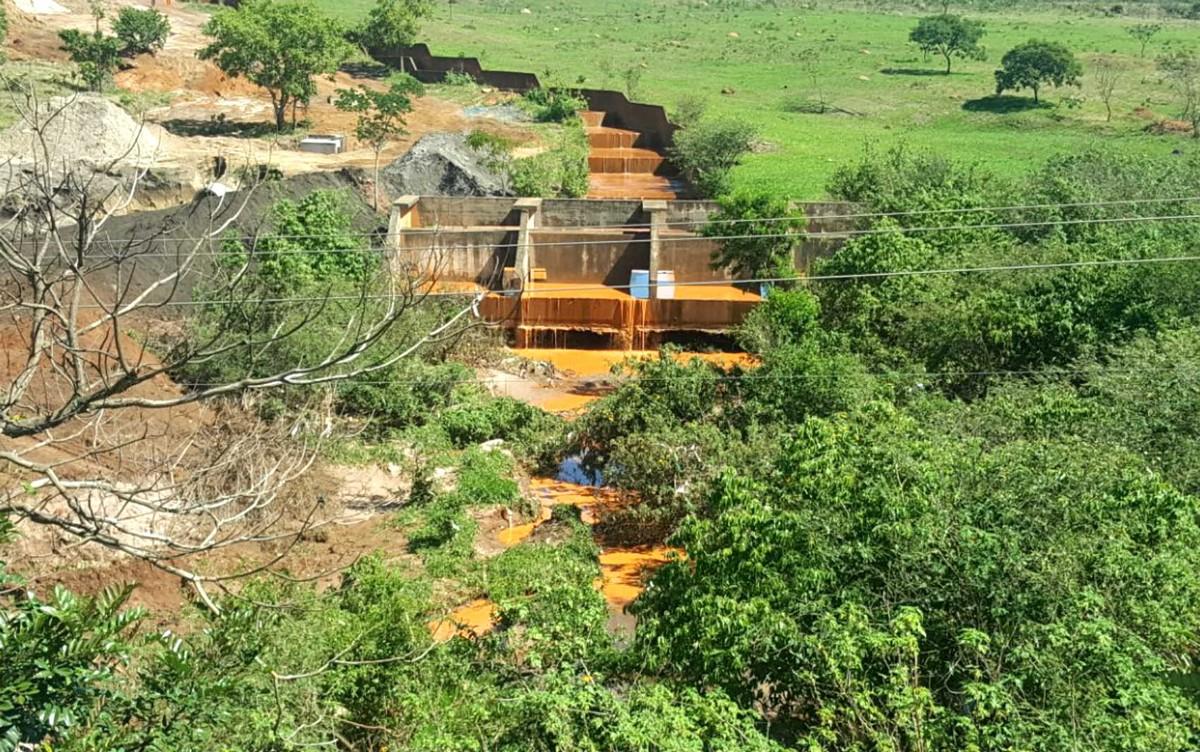 Acidente joga lama em ribeirão do DF e prejudica oferta de água no Novo Gama, em GO