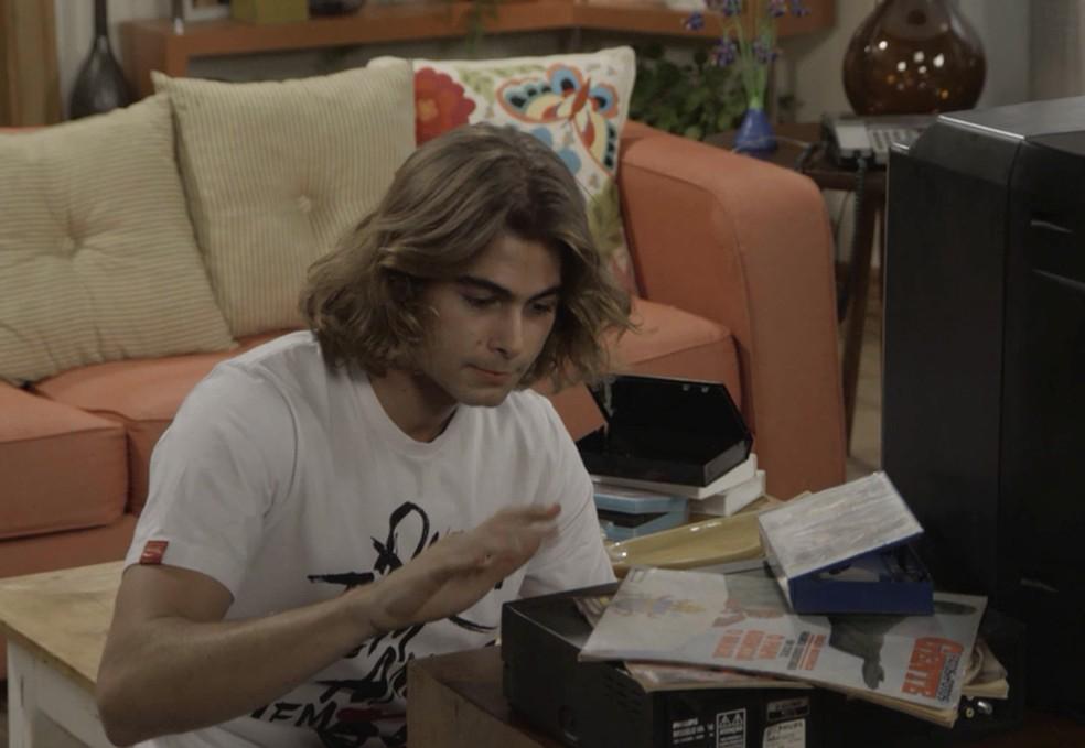 """João estuda muito antes de pensar na ideia do programa. Ele vê filmes como """"Curtindo a Vida Adoidado"""", """"Fama"""", """"A Garota de Rosa Shockin"""", entre outros, em 'Verão 90' — Foto: TV GLOBO"""