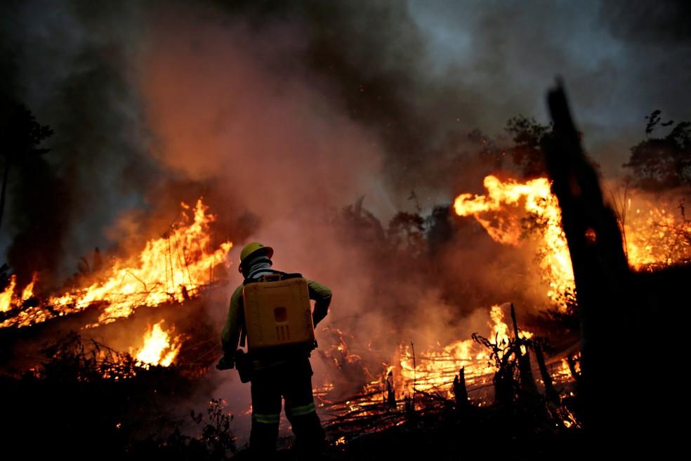 Na foto, membro da brigada de incêndio do Ibama tenta controlar as chamas em um ponto de queimada em Apuí, no Amazonas, no dia 11 de agosto. — Foto: Ueslei Marcelino/Reuters