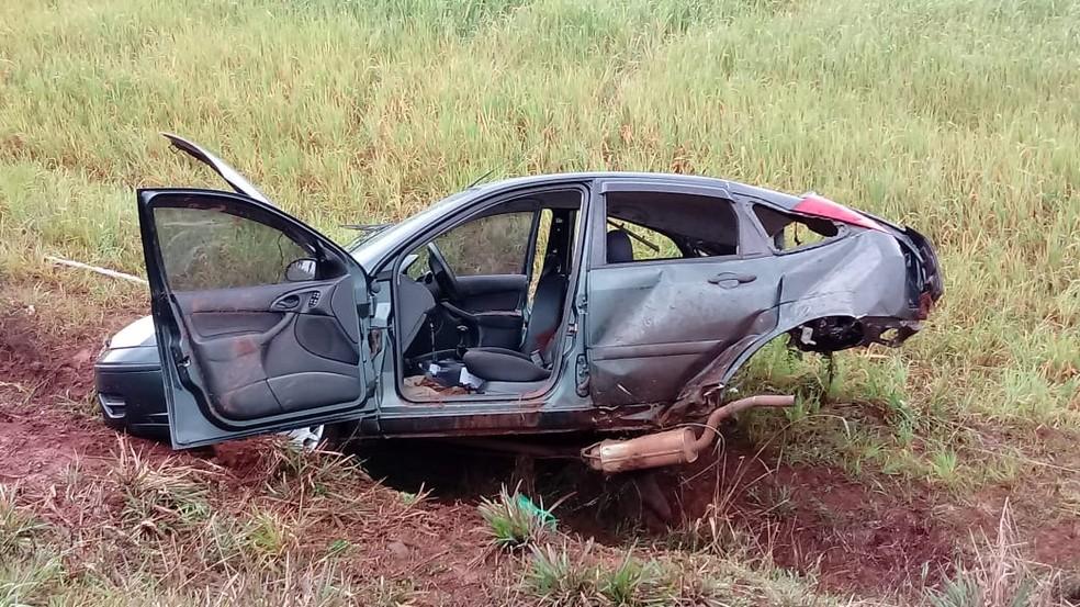 Com o impacto, um dos veículos foi arremessado para fora da rodovia (Foto: Rádio Missões)