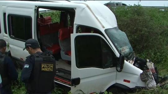 Criança de 7 anos está entre feridos com gravidade em acidente com van que deixou três mortos no oeste da Bahia