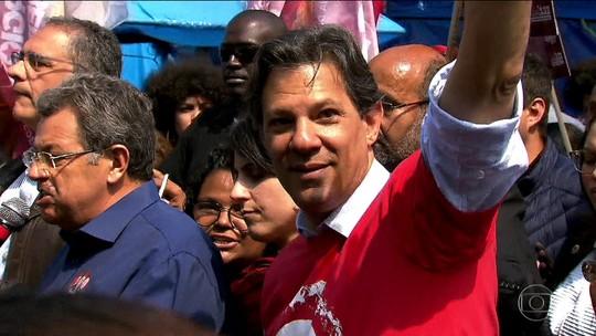 Em campanha na Grande São Paulo, Haddad diz que vai rever política de reajuste da gasolina