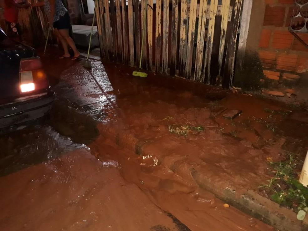 Chuva forte deixa ruas alagadas em Bastos — Foto: Arquivo Pessoal