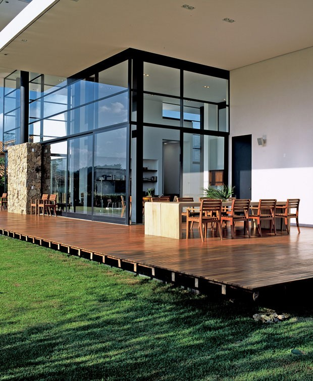Casa minimalista repleta de vidros se abre para o jardim (Foto: Tuca Reinés/Divulgação)