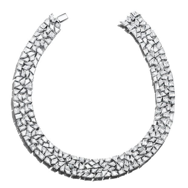 Uma das principais joias da coleção é o colar formado por um quebra-cabeça de 237 diamantes (Foto: Divulgação)