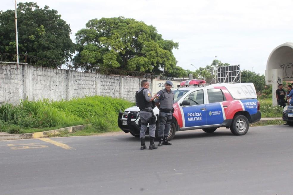 Corpo de homem é encontrado com tiro na nuca em avenida de Manaus  — Foto: Eliana Nascimento/G1 AM