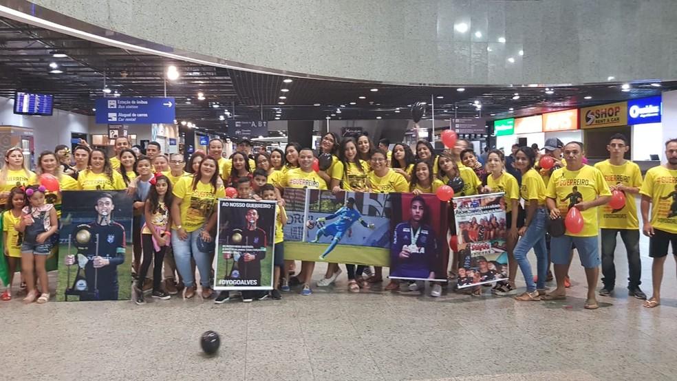 Dezenas de amigos e familiares aguardaram Dyogo no saguão do aeroporto de Fortaleza. — Foto: Rafaela Duarte/Sistema Verdes Mares