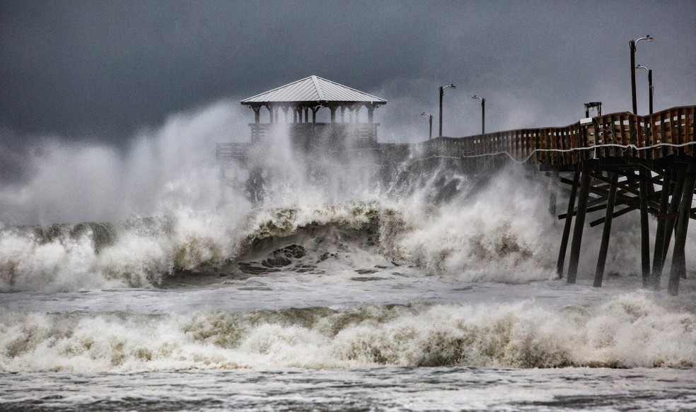 Mar bravio atinge píer em Atlantic Beach, na Carolina do Norte, à medida que o furacão Florence se aproxima — Foto: Travis Long /The News & Observer via AP
