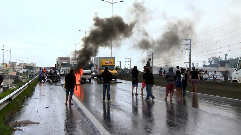 Protesto em Cariacica, no Espírito Santo — Foto: Reprodução/ TV Gazeta