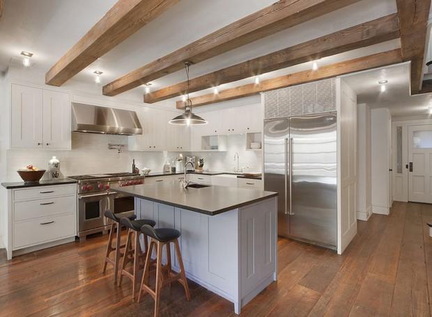 A cozinha é pequena e possui o teto revestido por escadas de madeira (Foto: Scott Parks Realty/ Reprodução)