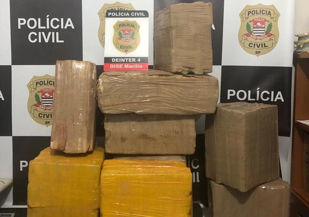 Idoso de 70 anos foi preso com tijolos de maconha em Marília  — Foto: Polícia Civil/ Divulgação