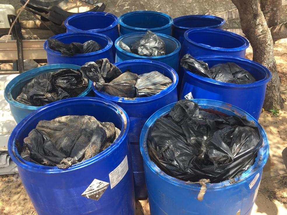 Óleo recolhido pela prefeitura de Tibau do Sul está em estacionamento da prefeitura (Arquivo). — Foto: Cedida