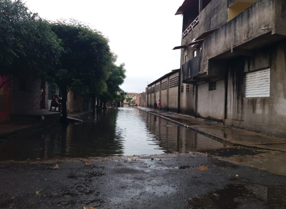Alguns pontos de alagamentos depois da chuva desta terça-feira em Iguatu. Rua Vila Paraná, no Bairro Flores. — Foto: Wandenberg Belém