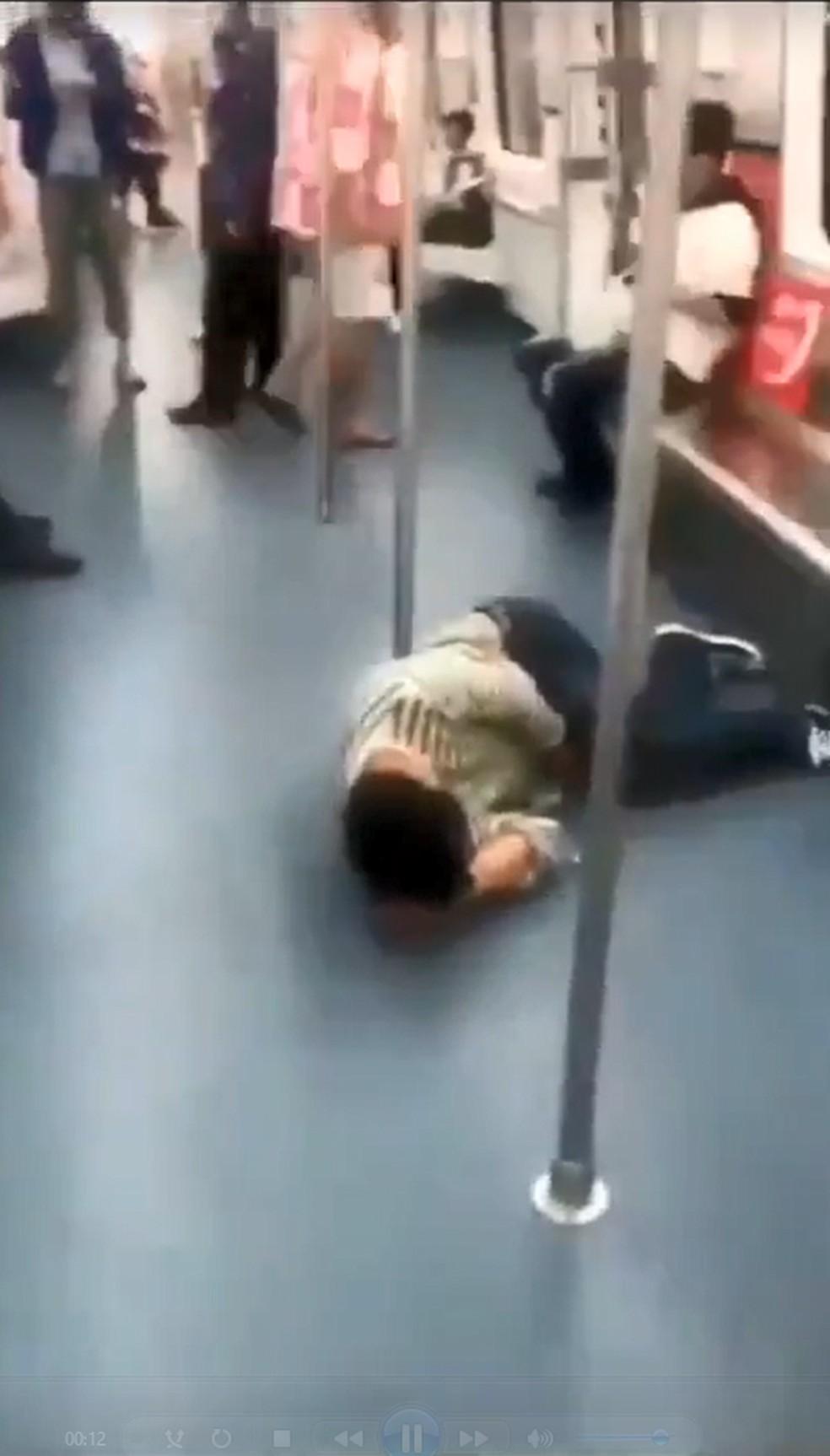 Homem caído no Metrô — Foto:  Reprodução