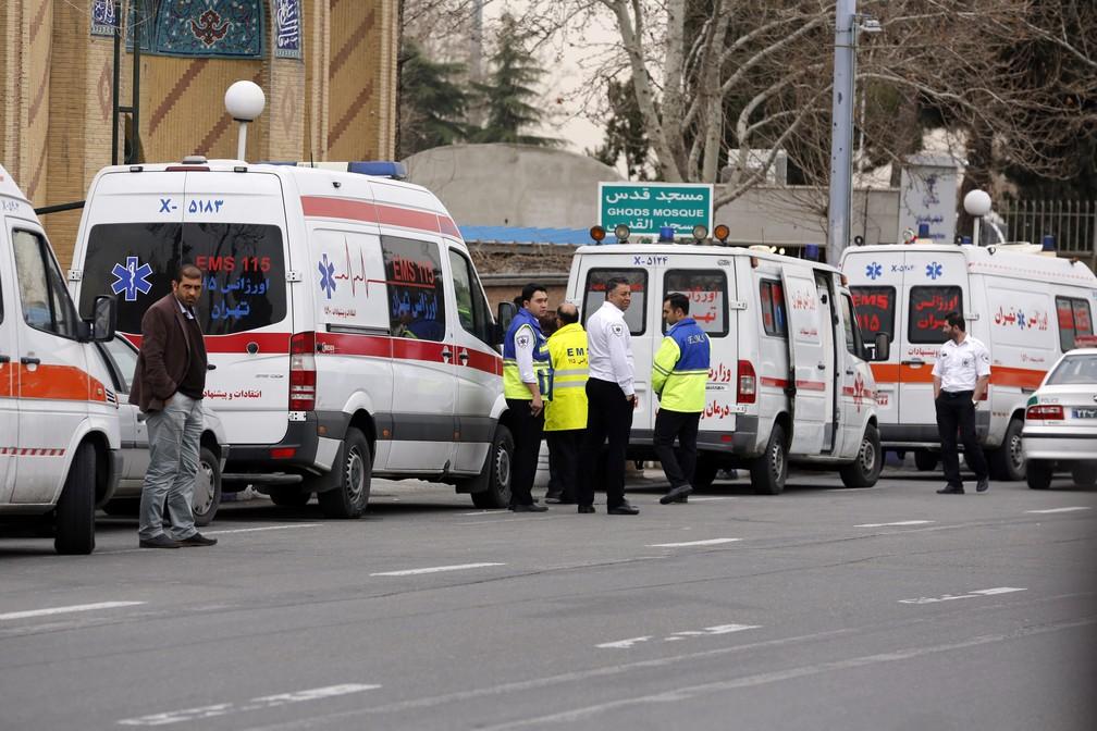 Serviço de emergência iraniano se reúne em mesquita próxima ao aeroporto de Teerã, de onde partiu a aeronave que caiu com 66 pessoas (Foto: ATTA KENARE / AFP)