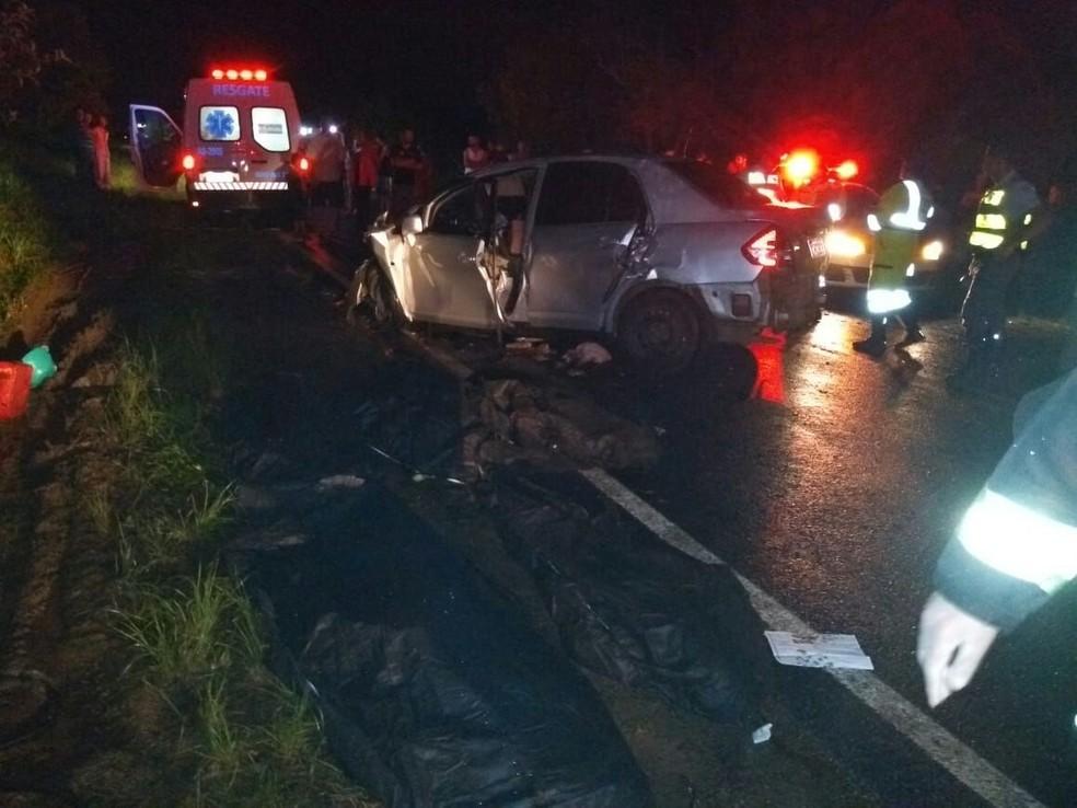 Segundo a Polícia Rodoviária, 7 pessoas estavam em automóvel que bateu em caminhão em Botucatu (Foto: Jornal Acontece Botucatu/Divulgação )