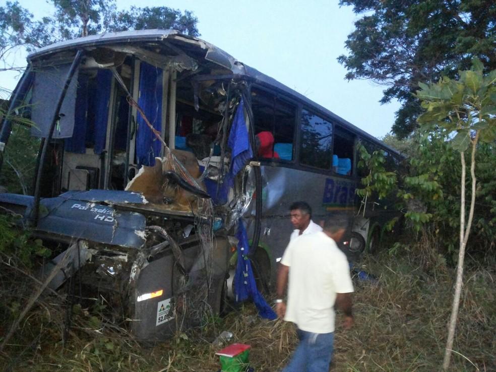 Ônibus ficou com a frente destruída após acidente na BR-153, durante feriado (Foto: Bombeiros/Divulgação)