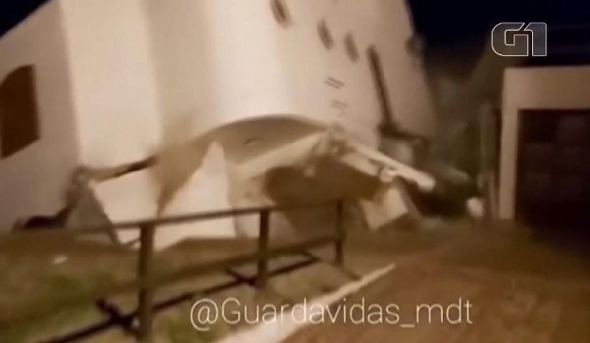 Casa desmorona e cai no mar com força das ondas durante ressaca na Argentina; veja VÍDEO