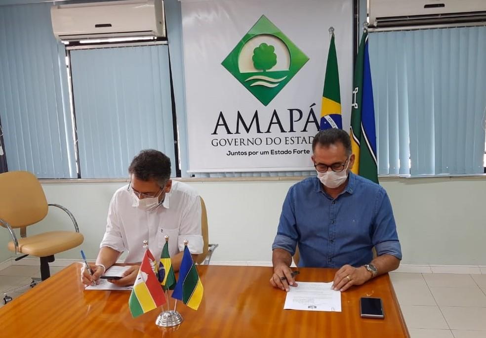 Clécio Luís e Waldez Góes assinando decretos — Foto: John Pacheco/G1