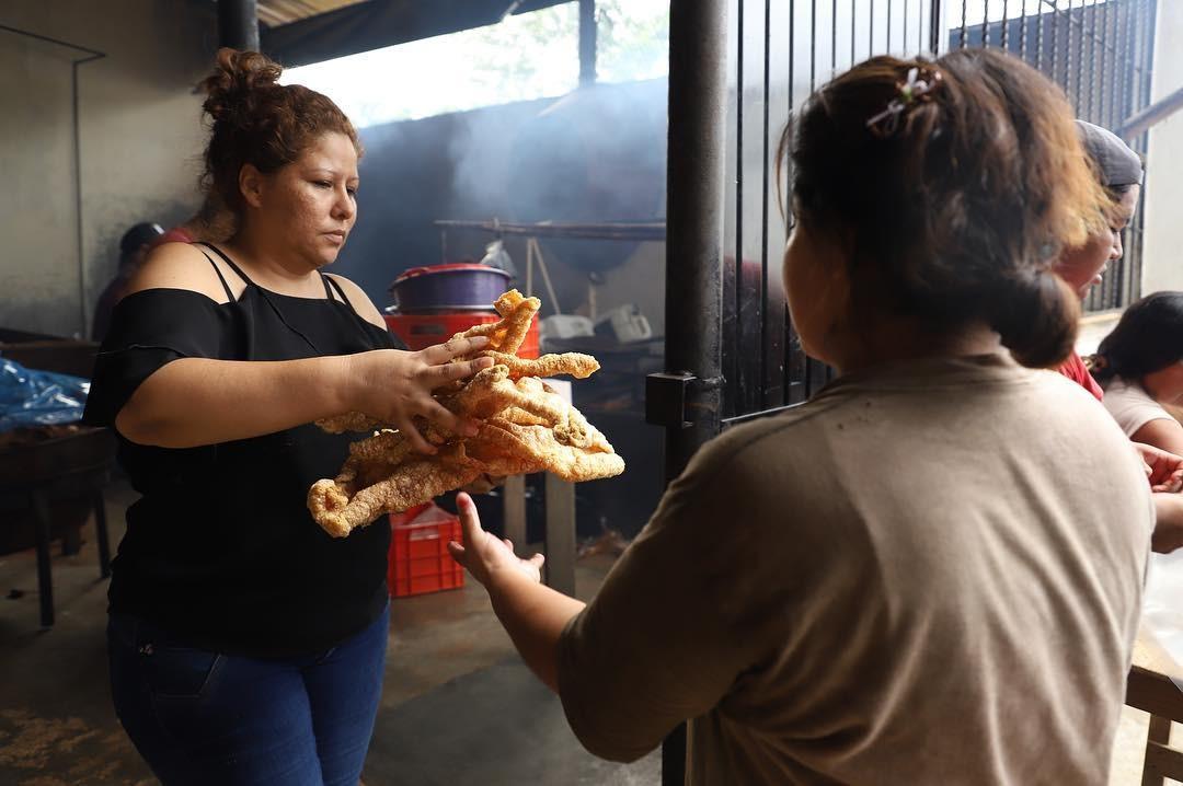 Ajuda local: de origem hondurenha, mas casada com mexicano, Dora oferece torresmo e carne da empresa da família aos migrantes (Foto: Héctor Alfaro)