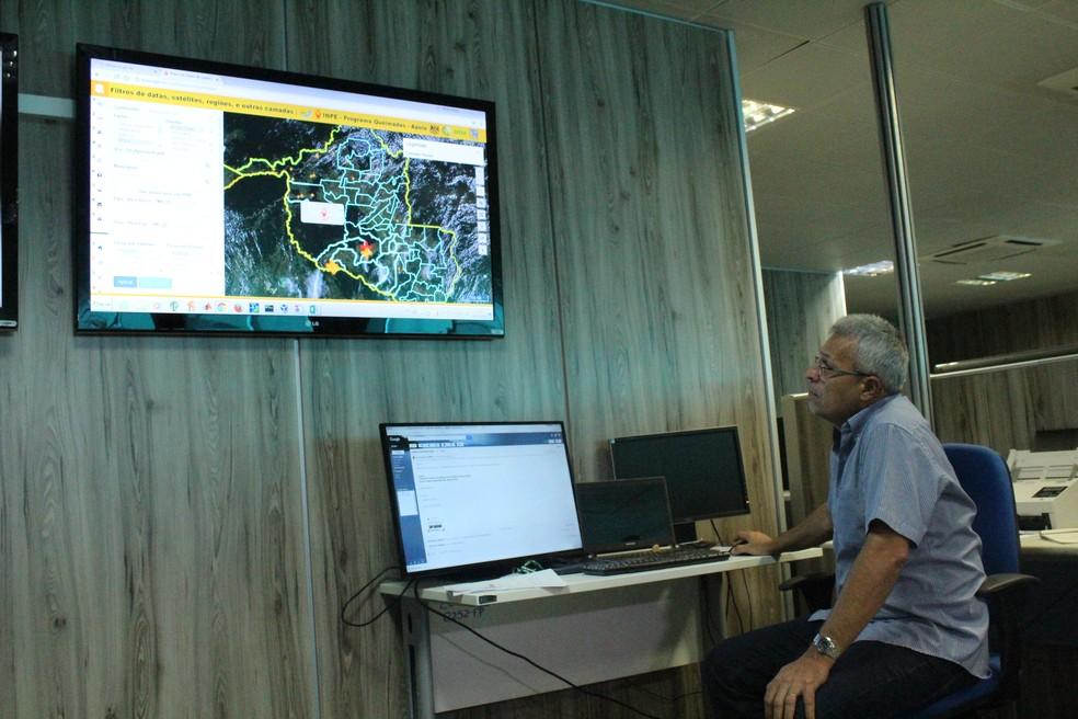 Meteorologista Fábio Adriano Monteiro e equipe da Sipam monitoram focos de incêndio.  — Foto: Mayara Subtil/G1