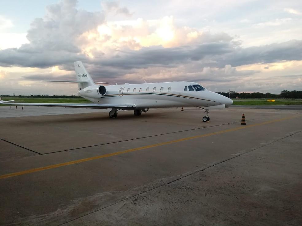 Avião que levava o ex-ministro da Agricultura, Blairo Maggi, fez um pouso de emergência nesta terça-feira (21) no Aeroporto Marechal Rondon, em Várzea Grande — Foto: Corpo de Bombeiros de Mato Grosso/Assessoria