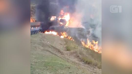 Ônibus fica destruído após pegar fogo na Dutra em Lavrinhas, SP