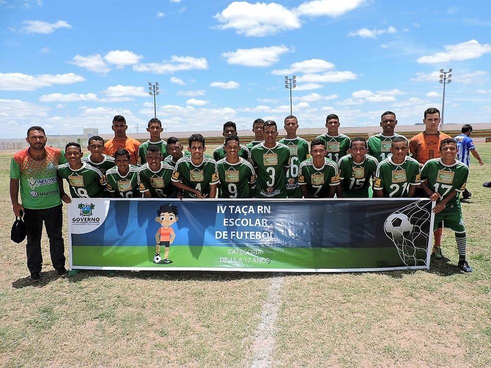 Goianinha festeja título da Taça RN Escolar de Futebol (Foto: Fábio Pacheco/SEEL)