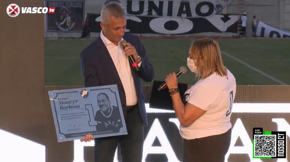 Campello entrega placa a filha de Barbosa — Foto: Reprodução
