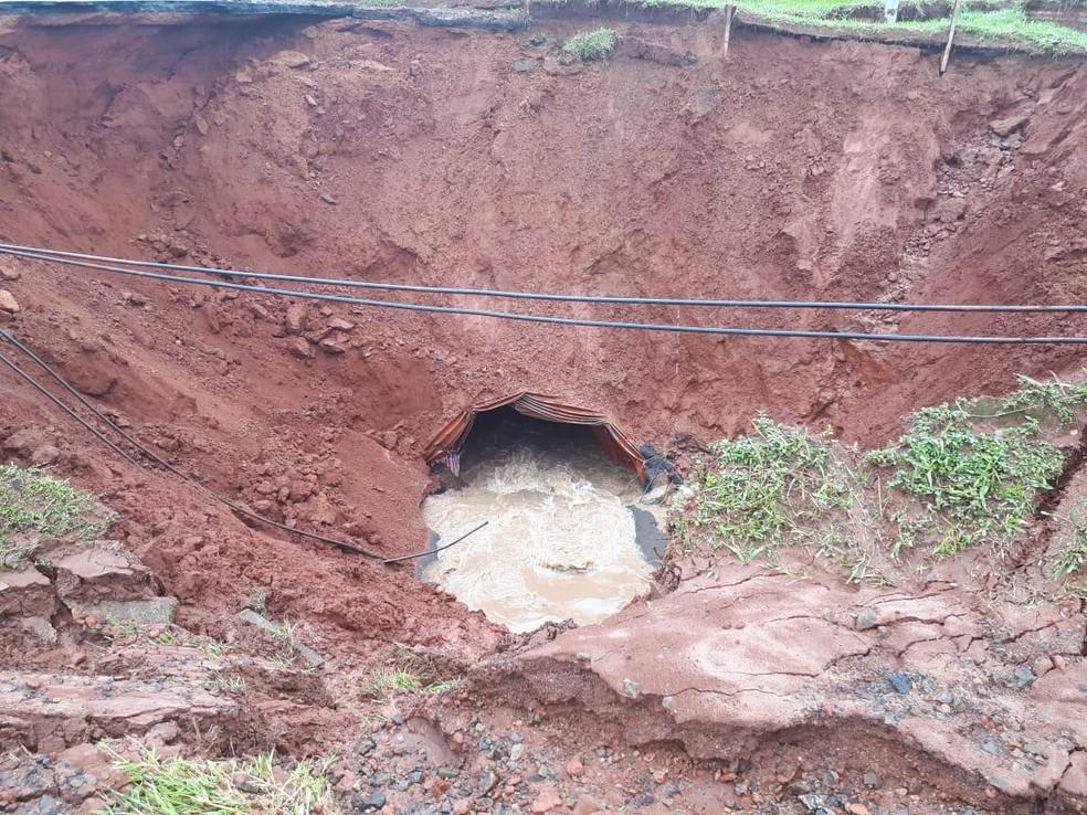 Cratera se abriu na Rodovia Marechal Rondon, em Botucatu, e engoliu caminhão com motorista na segunda-feira (10) — Foto: Polícia Militar/Divulgação