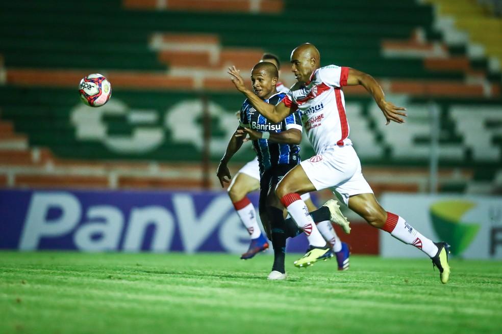 Léo Pereira arranca para superar adversário e marcar para o Grêmio — Foto: Lucas Uebel / Grêmio FBPA