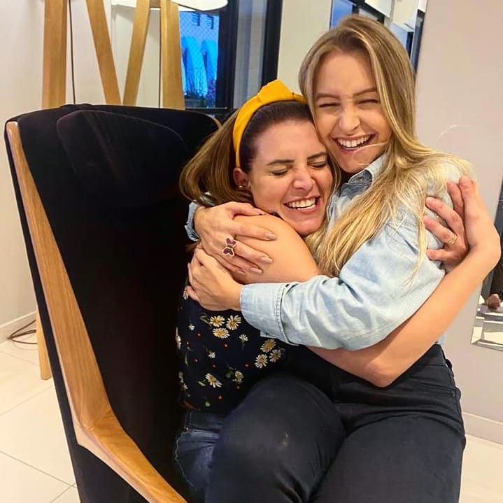 Renata del Bianco le presta el uniforme de Ciguita a Carla Díaz en una reunión de noviembre de 2020 (Foto: Reproducción / Instagram)
