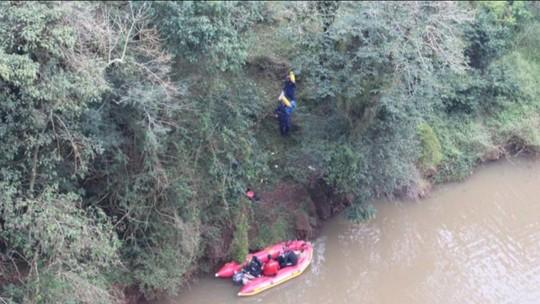Idoso é encontrado morto dentro de carro que caiu no Rio dos Peixes, em Joaçaba