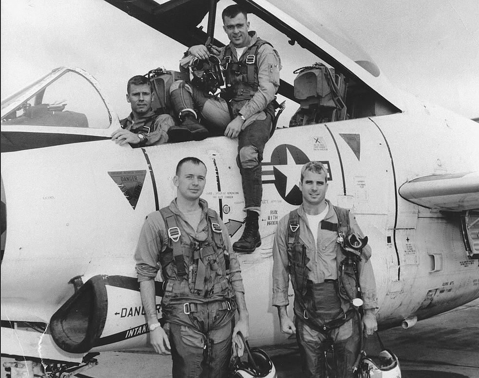 John McCain, o primeiro da direita para a esquerda, junto com companheiros da Marinha dos EUA, em 1965 (Foto: National Archives/via REUTERS)
