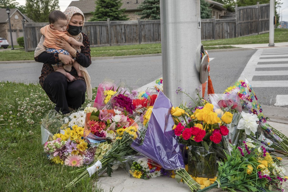 Mulher muçulmana presta homenagens à família morta em atentado terrorista de extrema direita no Canadá em foto de 7 de junho de 2021 — Foto: Brett Gundlock/The Canadian Press/AP